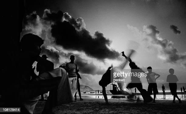 silhueta de garotos de capoeira praticando artes marciais na praia brasileira - escravidão - fotografias e filmes do acervo