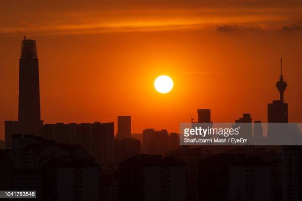 silhouette of buildings at sunset - shaifulzamri - fotografias e filmes do acervo