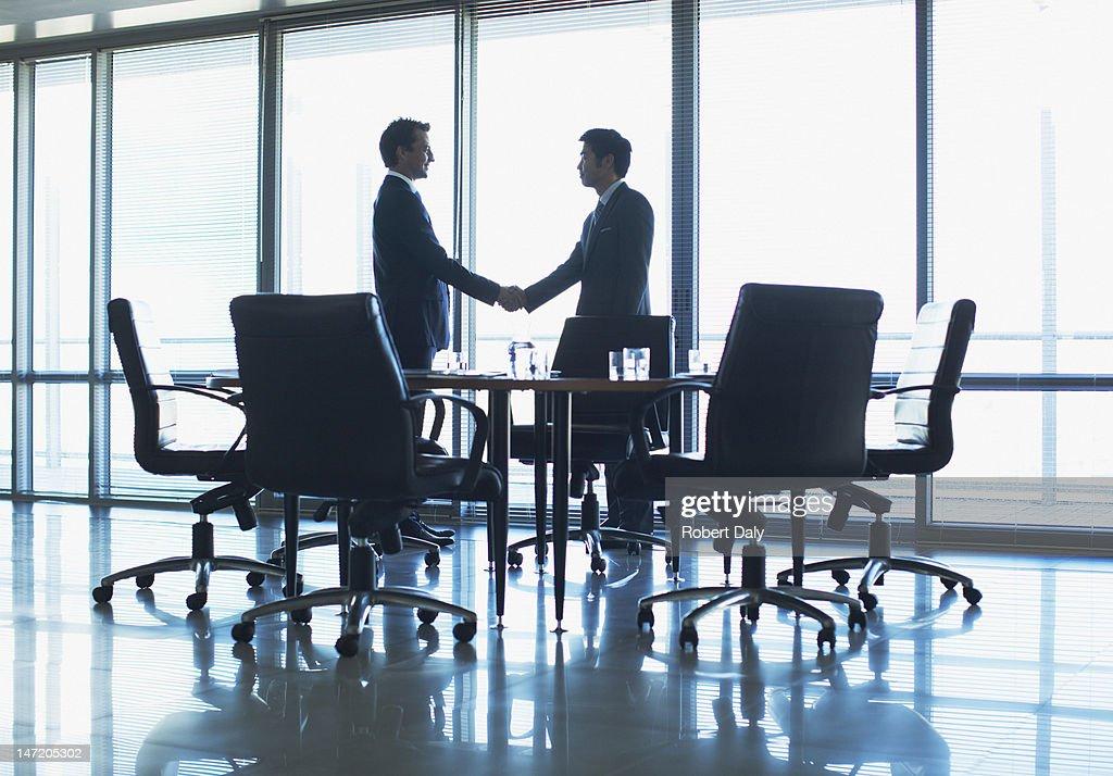 シルエットのビジネスマンに手を振る;コンファレンスルーム : ストックフォト