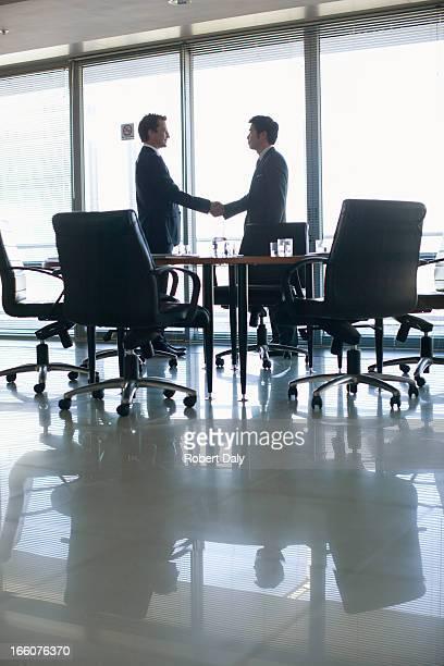 シルエットのビジネスマンに手を振る;コンファレンスルーム
