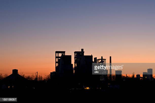 Silhouette de ciment usine au crépuscule