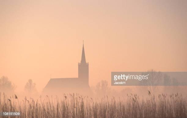 SIlhouette de l'église de brouillard