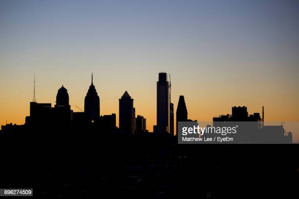 silhouette of city at sunset - philadelphia skyline stock pictures, royalty-free photos & images