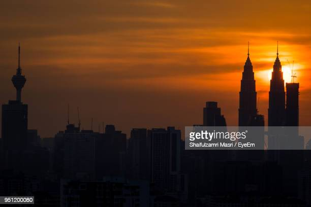 silhouette of city at sunset - shaifulzamri photos et images de collection