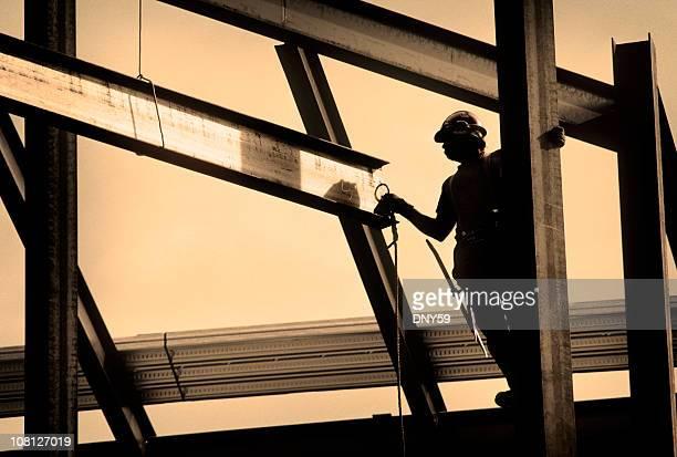 Silhueta de Trabalhador da Construção Civil trabalhando em estufa
