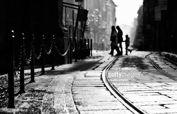 Silhouette di famiglia a piedi nella strada di Milano, bianco e nero
