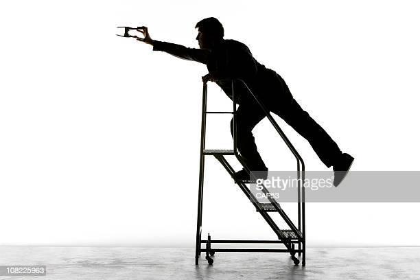 silhueta de filme técnico na escada com prendedor de metal - alto contraste - fotografias e filmes do acervo