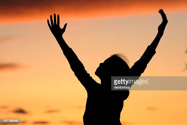 シルエットの少女ポジティブな喜びの日の出や沈む夕日の眺め - 天国 ストックフォトと画像