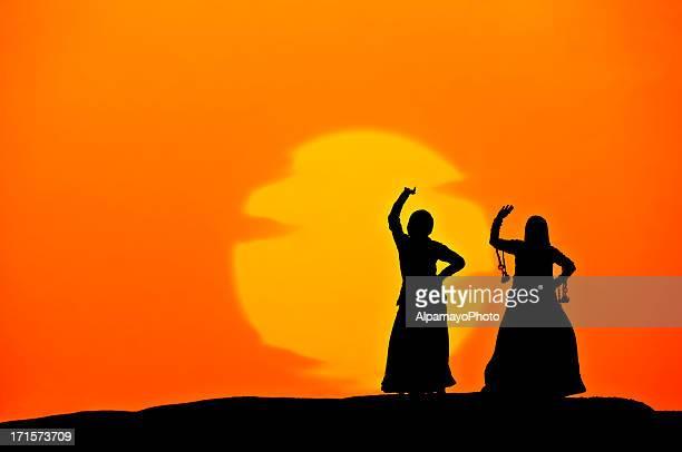 silhueta de mulher dança indiana em dunas de areia (pôr do sol) (xv) - arte, cultura e espetáculo imagens e fotografias de stock