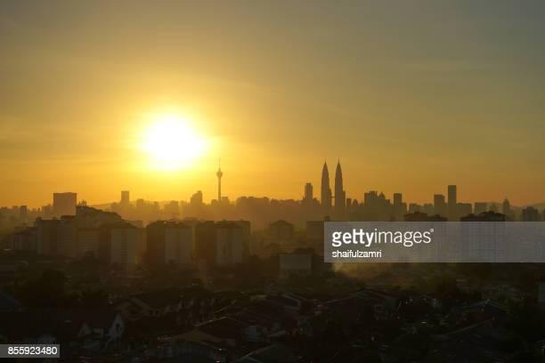 silhouette of kuala lumpur skyline during sunset in malaysia with petronas twin towers is the highest in the horizon. - shaifulzamri imagens e fotografias de stock