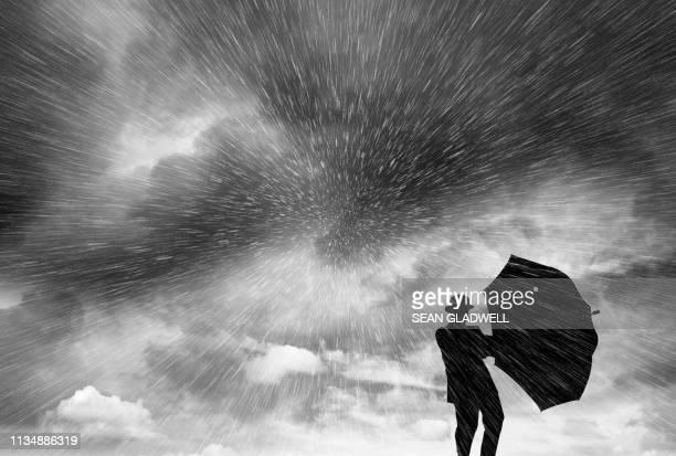 silhouette of man in blizzard - sleet - fotografias e filmes do acervo