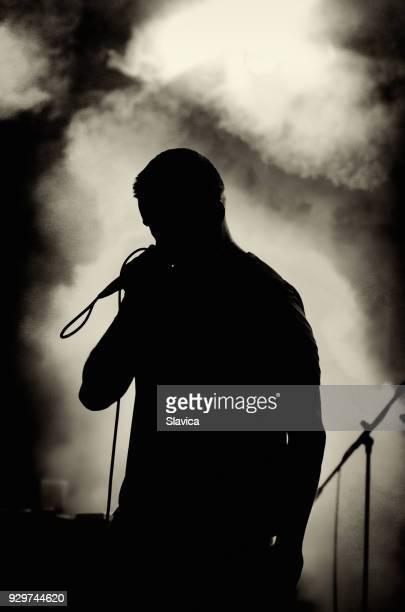 silhueta de homem cantando no palco - cantora - fotografias e filmes do acervo