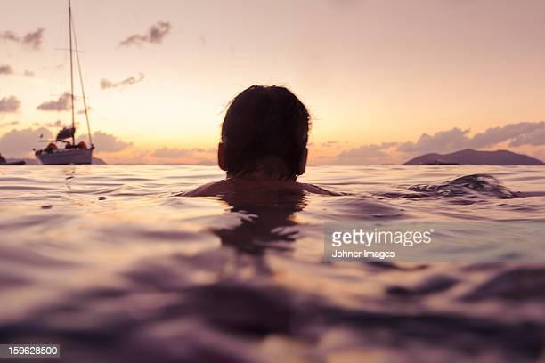 silhouette of man swimming in sea - yate fotografías e imágenes de stock