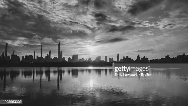 silhouette of manhattan - central park reservoir stock pictures, royalty-free photos & images