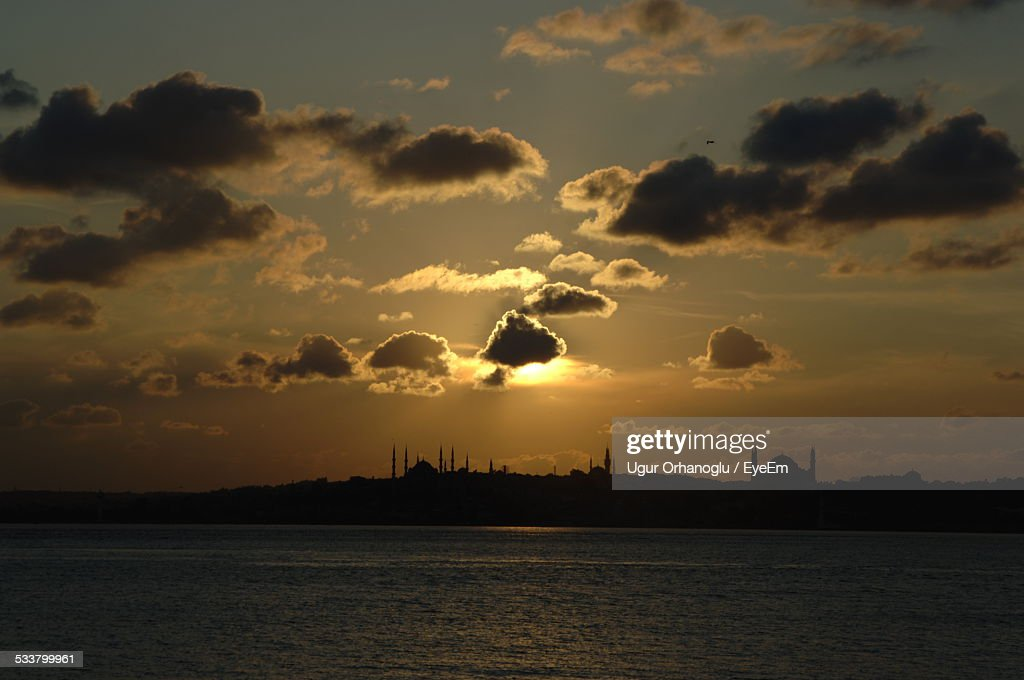 Silhouette Of Mosque At Sunset : Foto stock