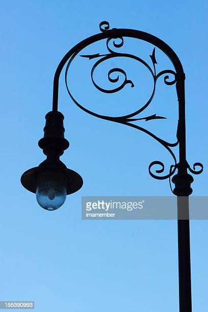 Silhouette de old street de lampe à gaz contre le ciel bleu