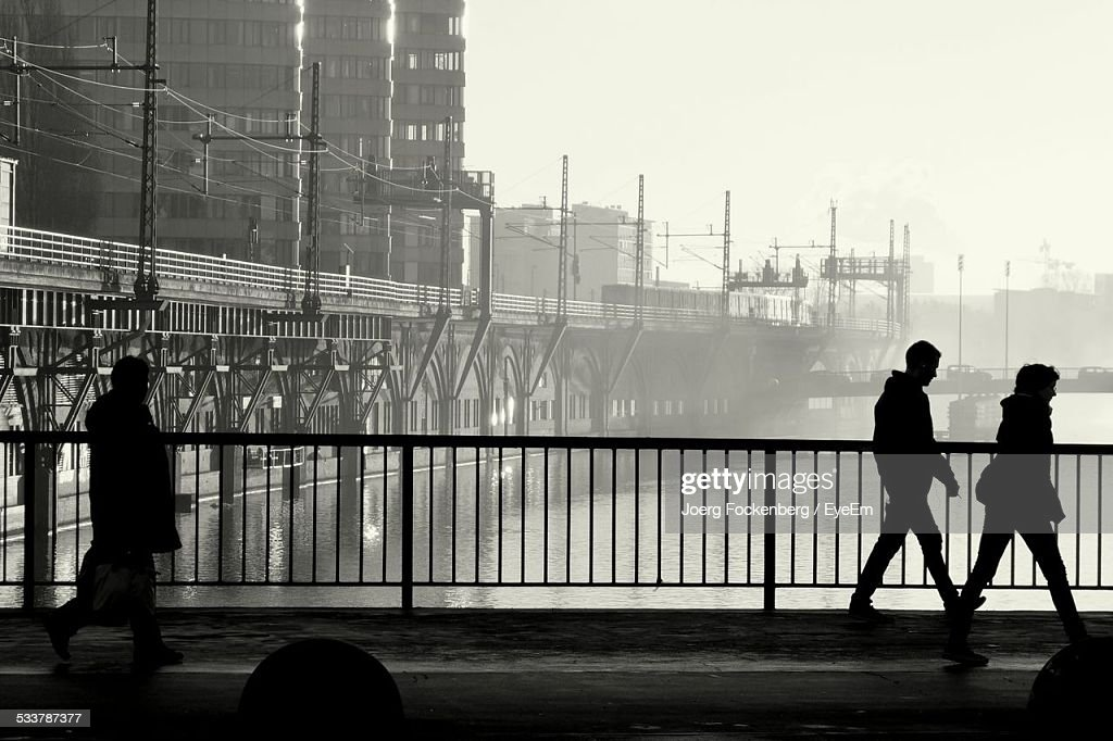 Silhouette Of People Crossing Bridge : Foto stock
