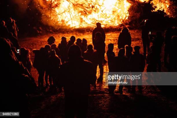 silhouette des menschen in der traditionellen osterfeuer - osterfeuer stock-fotos und bilder