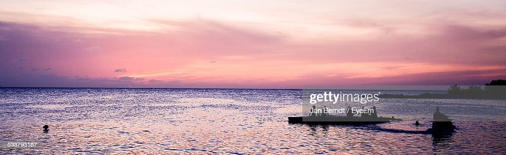 Silhouette Of People On Rowboat At Dusk : Foto stock