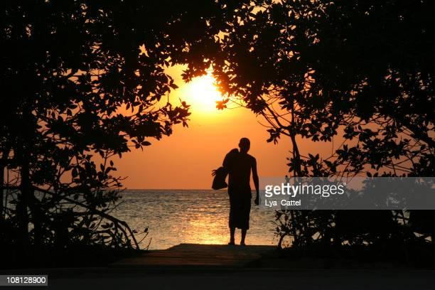 人物のシルエットから夕暮れのビーチの散歩 - オランダ領リーワード諸島 ストックフォトと画像