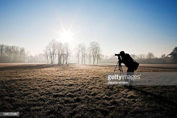 Silhouette der Fotograf in Feld. Sonniger Tag. Farbe