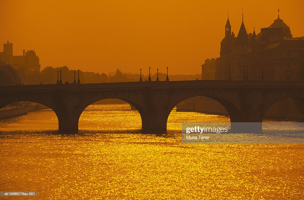 Silhouette of Pont Neuf Bridge and  La Conciergerie on Seine River : Foto stock