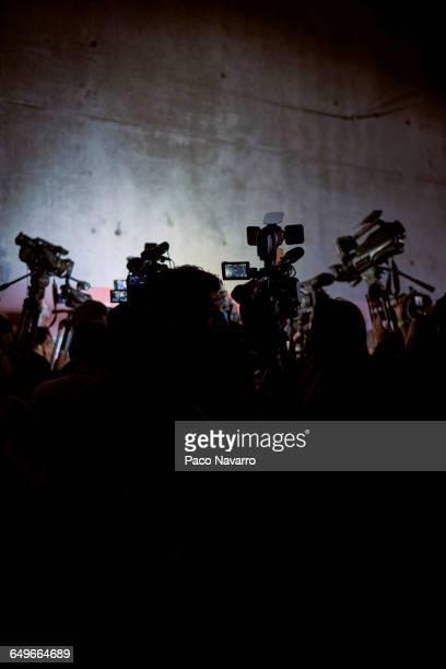 silhouette of reporters and video cameras at press conference - conferencia de prensa fotografías e imágenes de stock