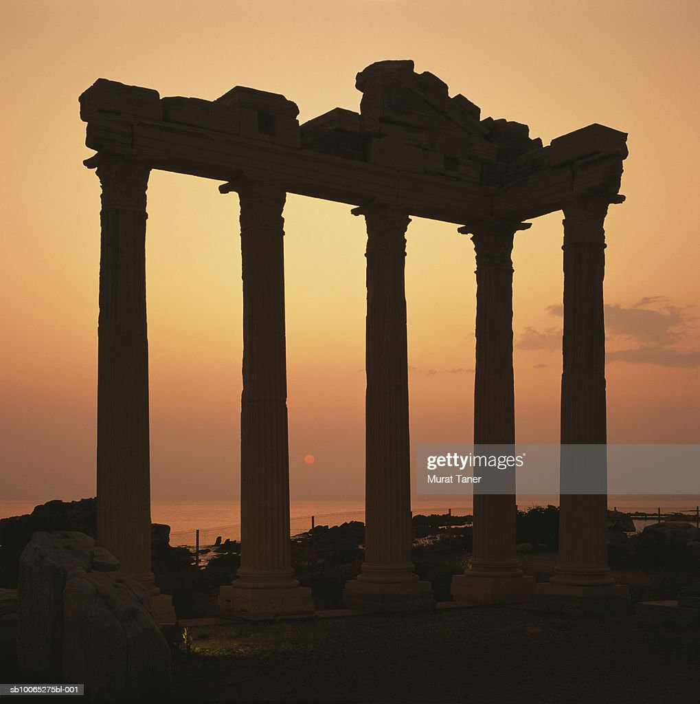 Silhouette of ruins of the Temple of Apollo at sunset : Foto stock
