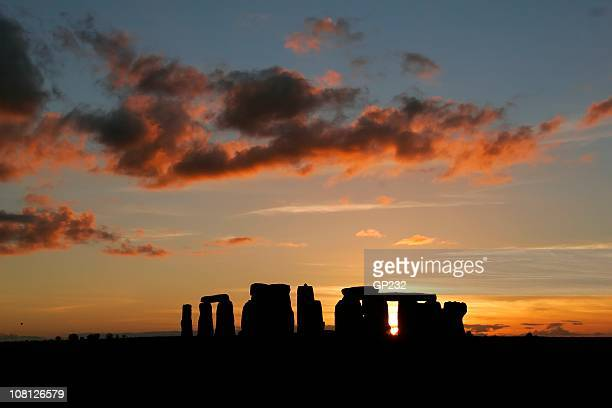 silhouette of stonehenge at sunset - summer solstice stock pictures, royalty-free photos & images