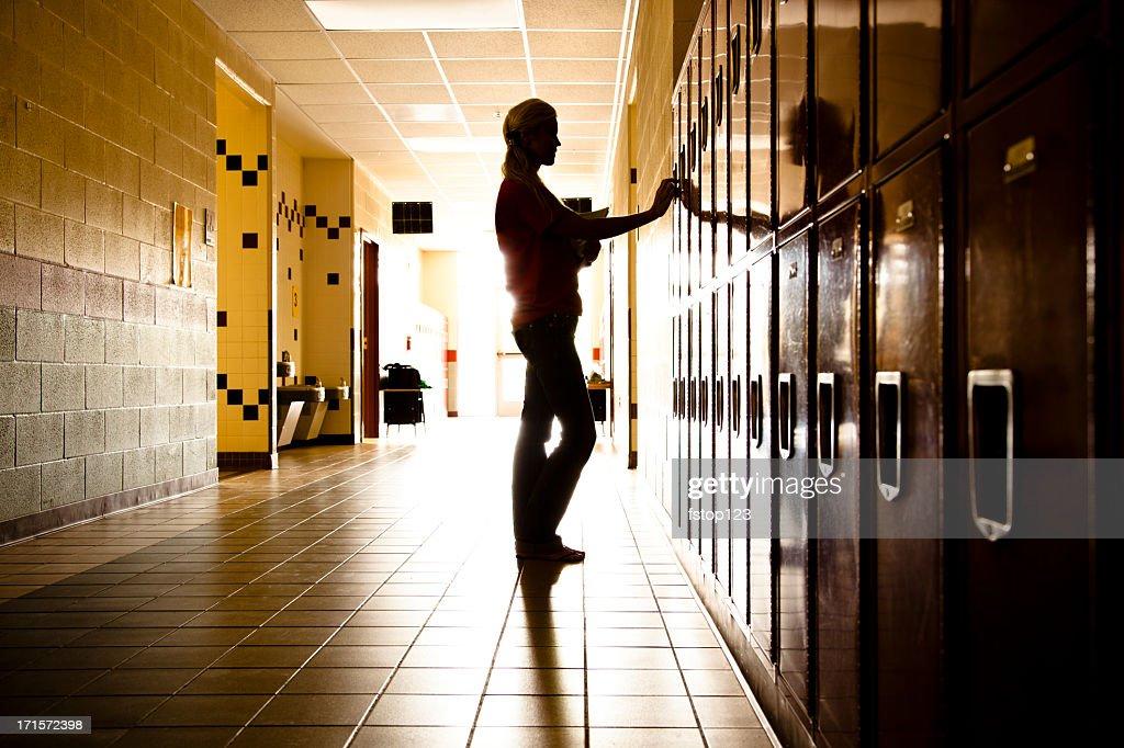 Silhueta de estudante no corredor. Armários. Escola. Garota. Educação. : Foto de stock