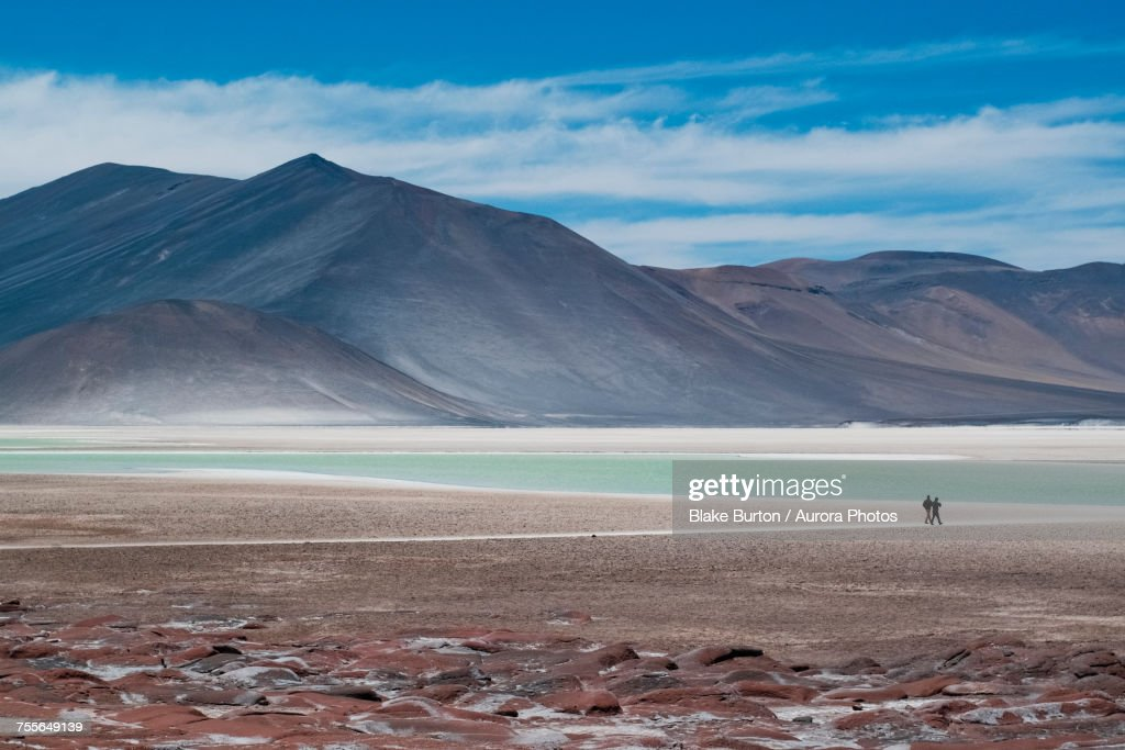 Silhouette of two people by lakes at Piedra Rojas on Altiplano in Atacama Desert, Chile : Stock-Foto