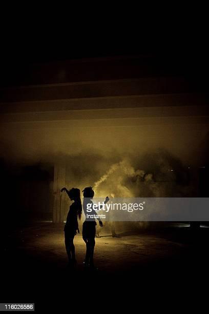 silhouette von zwei frauen tanzen - unterirdisch stock-fotos und bilder