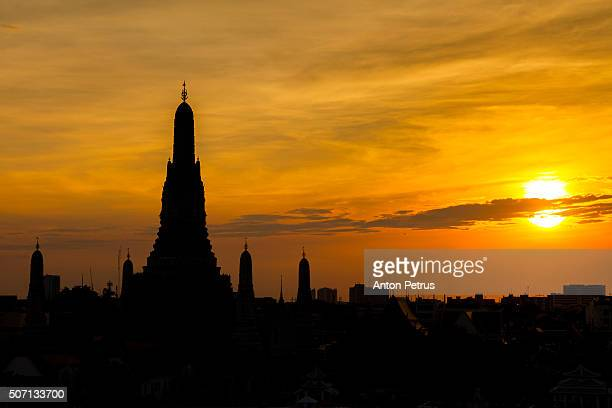 silhouette of wat arun at sunset, bangkok, thailand. - anton petrus stock pictures, royalty-free photos & images