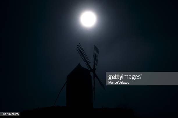 Silueta del molino de viento en la luna llena, la mancha XXL