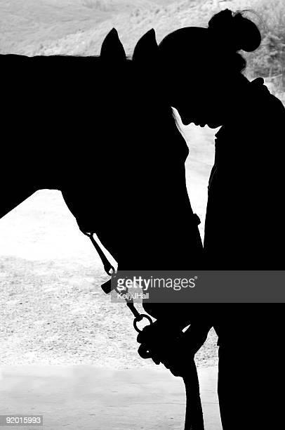 女性と馬のシルエット