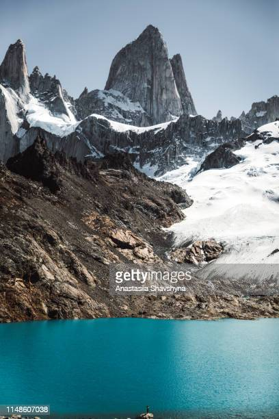 silhouette of woman looking at fitz roy and turquoise lake in patagonia - chalten stock pictures, royalty-free photos & images