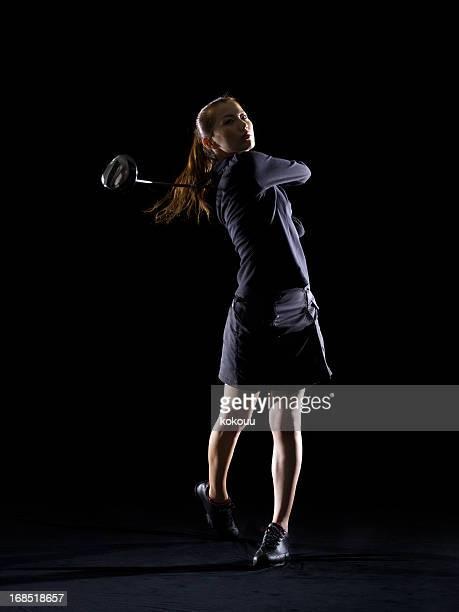 Silhueta de mulher jogar golfe