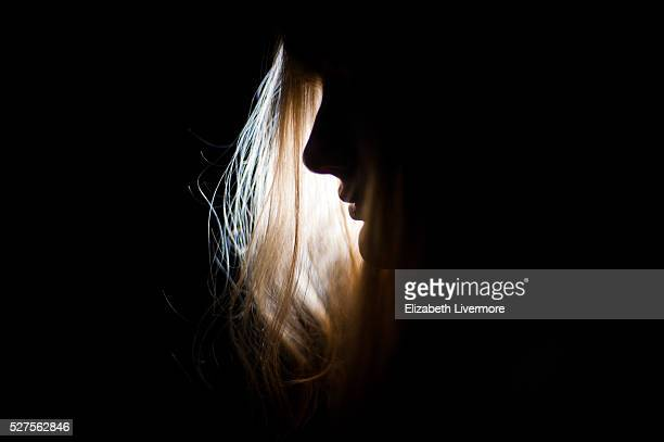 silhouette of woman's face at night - mistério - fotografias e filmes do acervo
