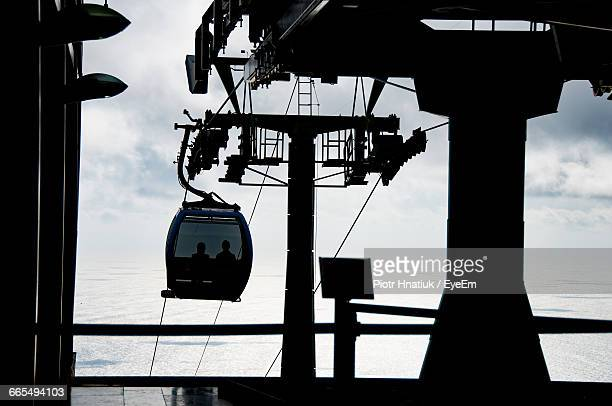 silhouette overhead cable car against sky - piotr hnatiuk photos et images de collection