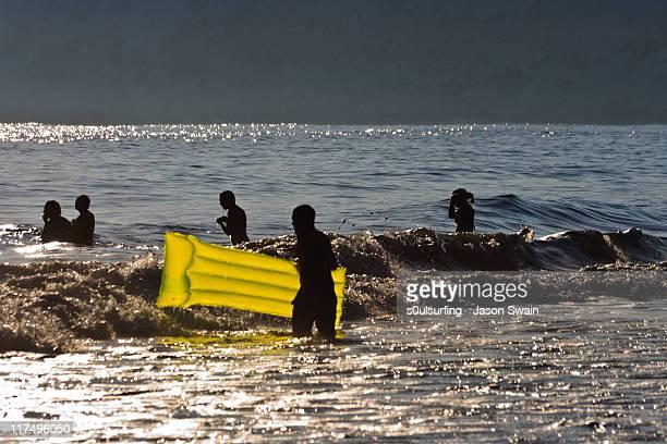 silhouette people in sea - s0ulsurfing fotografías e imágenes de stock