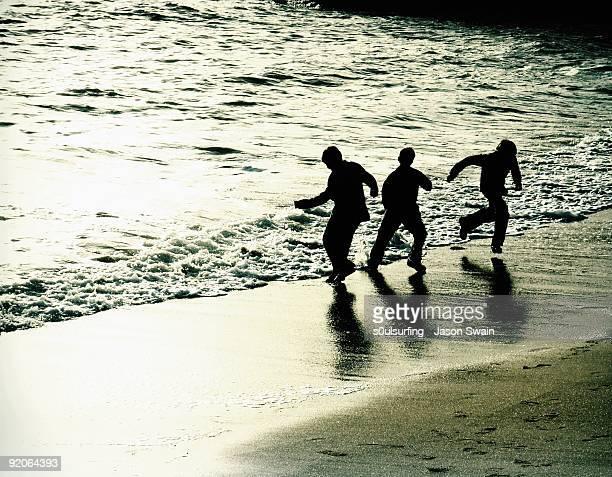 silhouette people on beach - s0ulsurfing 個照片及圖片檔