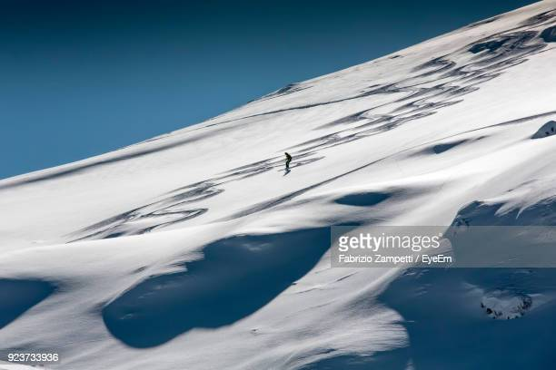 silhouette person skiing on snow covered mountain against clear sky - fabrizio zampetti foto e immagini stock