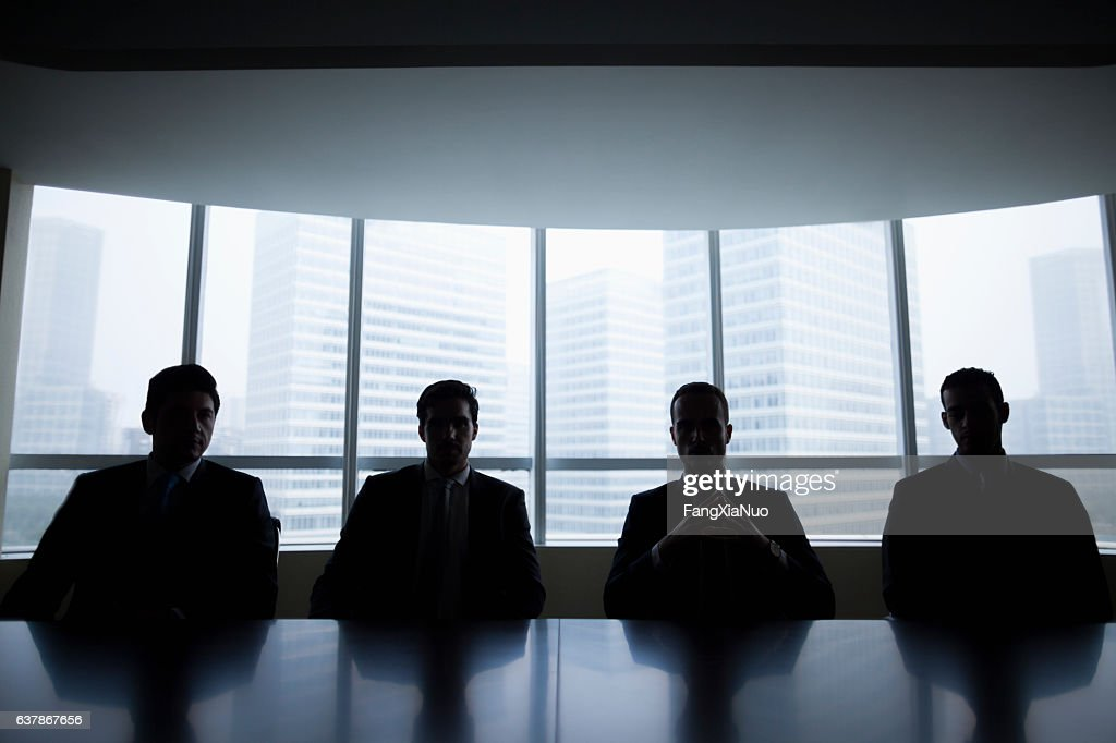 Silhouette row of businessmen sitting in meeting room : Stockfoto