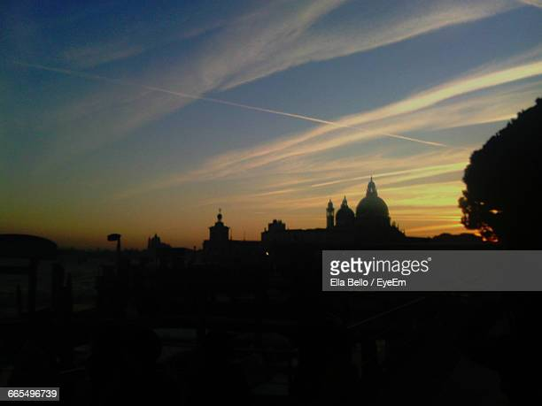silhouette santa maria della salute at sunset - ella bello stock-fotos und bilder
