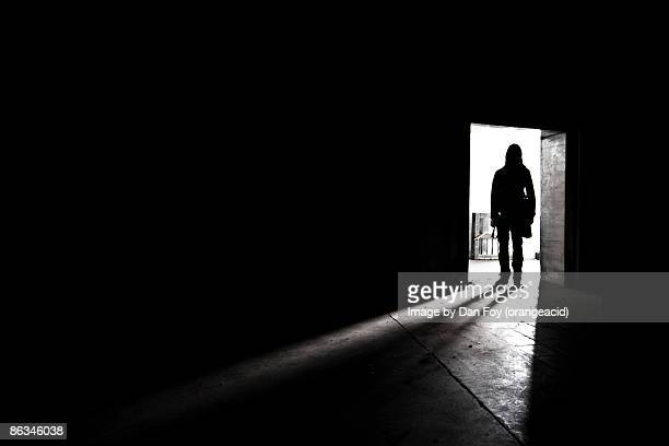 silhouette shadow of man in doorway - raadsel stockfoto's en -beelden