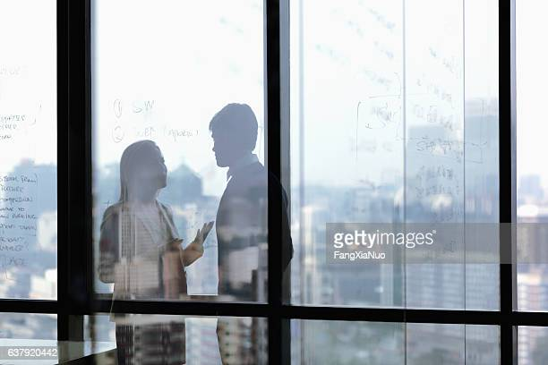silhouette shadows of business people talking in office - konflikt stock-fotos und bilder