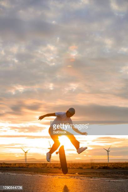 silhouette skateboarding in the sun - golden hour stock pictures, royalty-free photos & images