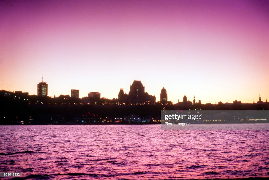 Silhouette view at dusk of the Historic district of Quebec City from the other side of the the St. Lawrence River, Quebec, Canada : Stock-Foto