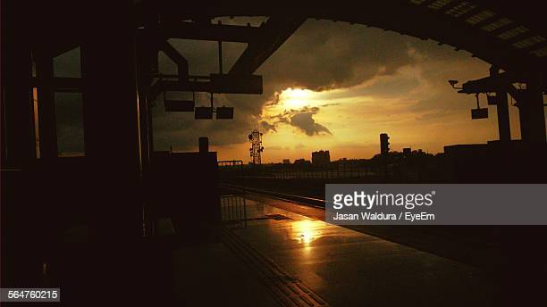 silhouette view of railroad station during sunset - bangalore city stock pictures, royalty-free photos & images