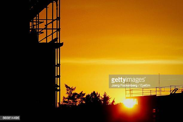 silhouette view of scaffolding on building - romantic sunset stock pictures, royalty-free photos & images